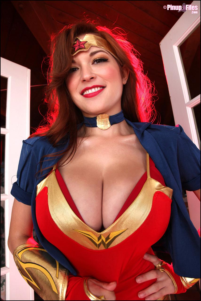 Tessa Fowler Som Wonder Woman Babes dag-7239